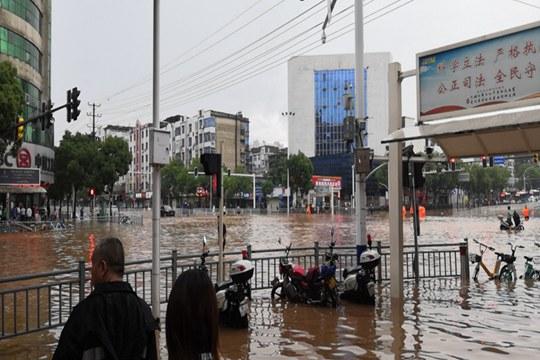 江西萍乡遭暴雨侵袭 内涝严重山体塌方