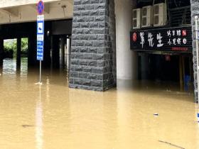 广西柳州柳江河今年以来首次超警 沿江商铺道路被淹