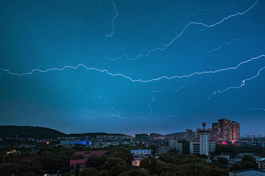 武漢遇強對流 8000多次閃電點亮夜空