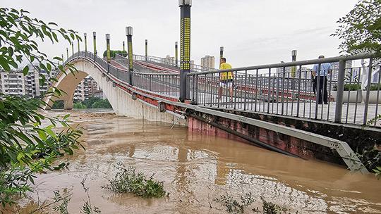 重慶多地遇洪峰過境 綦江濱江公路成汪洋