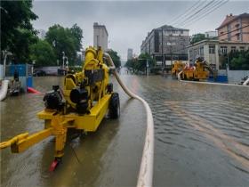 强降雨致湖北武汉城区出现内涝 水务部门紧急排水