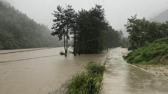 安徽岳西:强降雨致中小河流水位暴涨