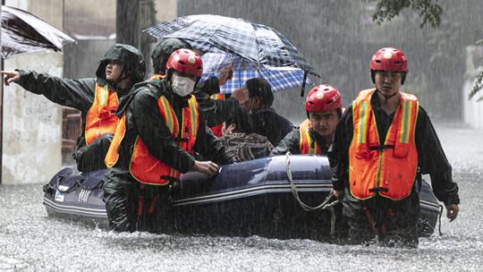 湖北黄冈积水严重 消防出动皮划艇救援