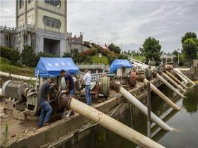 长江湖北黄冈段水位高涨 抽排设备紧急排涝