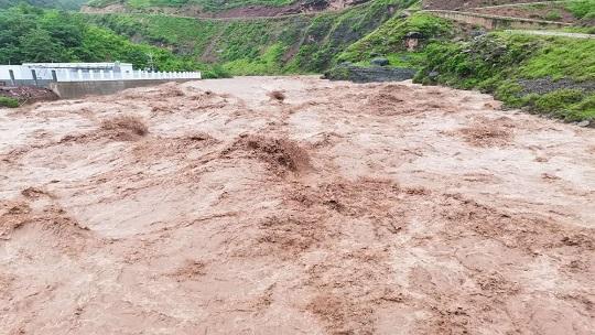 四川凉山美姑县遭遇强降雨 水位暴涨