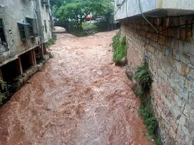 四川宜宾遭遇强降雨 道路塌方水位上涨