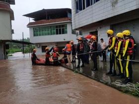 特大暴雨致重庆合川区双槐镇17人被困 消防成功救援