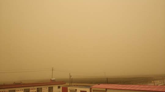 甘肃酒泉出现夏季沙尘暴 天地一片昏黄