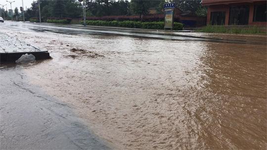 甘肃崇信遭遇短时强降水 城市内涝严重