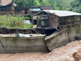 强降雨来袭 云南绥江三渡村道路被洪水冲毁