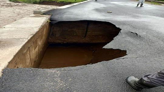 甘肃定西遭大暴雨袭击 道路塌陷洪水肆流