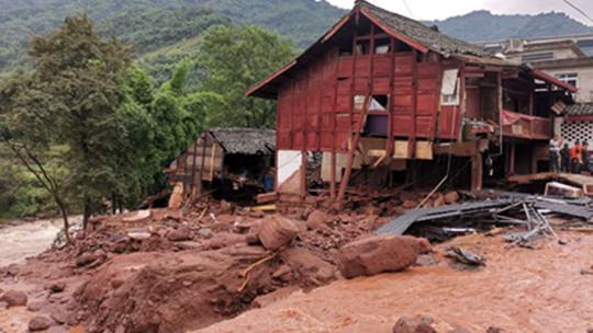 四川雅安遭遇大暴雨 道路房屋损毁