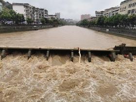 四川宜宾遭遇暴雨侵袭 河水上涨农田被淹