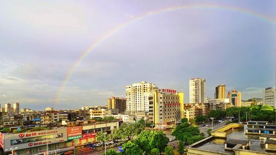 廣西欽州雨后天藍如洗 彩虹高掛