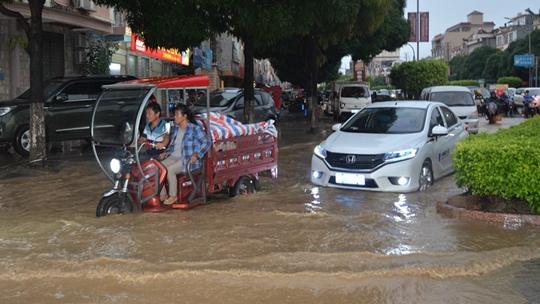 廣西田東強降雨引發內澇 民眾涉水出行