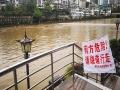 贵阳强降雨致南明河水上涨 沿河步道封闭