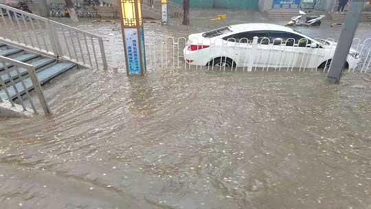 甘肅蘭州遭遇強對流 積水明顯車堵如長龍