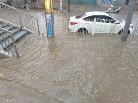 甘肃兰州遭遇强对流 积水明显车堵如长龙