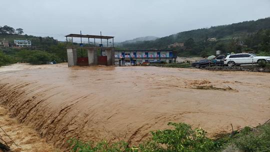 云南文山遭遇强降水 多地内涝汽车被淹