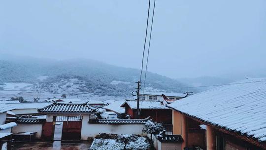 云南宁蒗高海拔地区飘起茫茫白雪