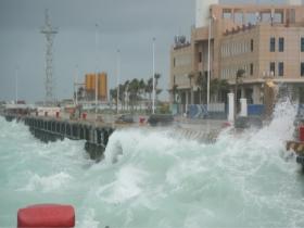 """震撼!台风""""沙德尔""""来袭 海南三沙永兴岛风卷浪涌"""