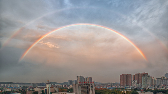 武漢天空雙彩虹與晚霞攜手上演氣象大片
