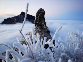 雪景云海相呼应 贵州梵净山如入仙境