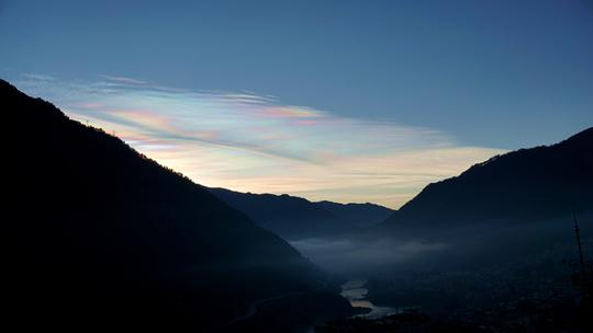 罕见!云南贡山和维西上空七彩云同日现身
