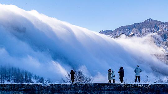 重庆金佛山现云瀑景观 白云倾泻如仙境