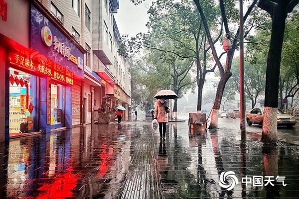 """今明两天湖南阴雨""""抢镜"""" 道路湿滑注意交通安全"""