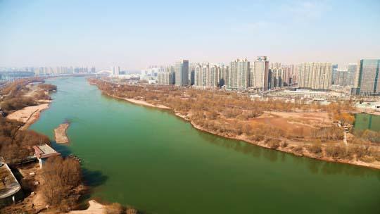 甘肃兰州黄河碧绿如翠 宛如青丝带