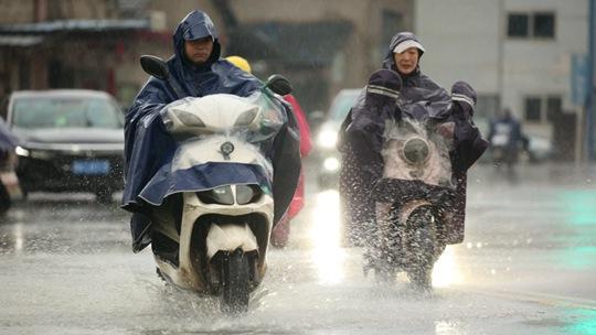 江西强对流天气频发 南昌道路积水影响出行