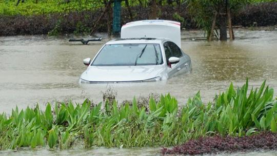 """广西崇左遭遇强降雨 路段积水严重车辆水中""""泡"""""""