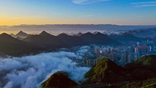 贵州碧江雨后现云海景观 城在雾中若隐若现