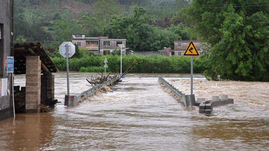 大暴雨袭击广西昭平 洪水淹没公路交通受阻