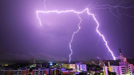 广西横州闪电划破夜空 亮如白昼