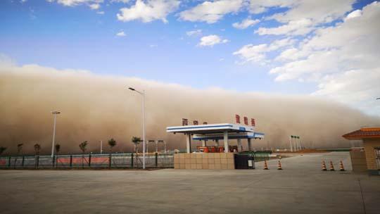 """甘肃酒泉出现沙尘天气 """"沙墙""""遮天蔽日"""