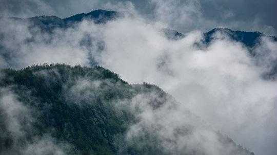 超震撼!重庆丰都雨后云雾涌动 尽显大自然神奇魅力