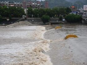 """台风""""卢碧""""影响福建福鼎 暴雨致桐山溪水位上涨明显"""