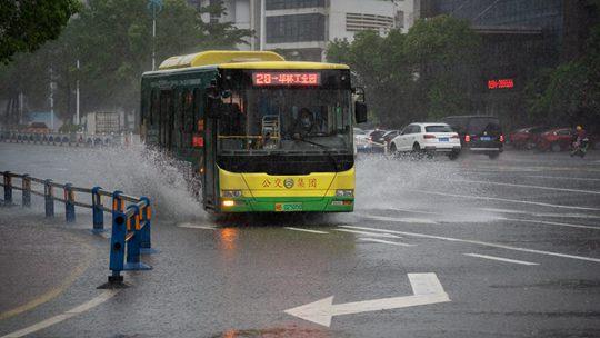 """台风""""卢碧""""携风雨影响莆田 道路积水影响出行"""
