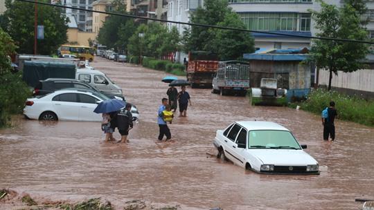四川喜德縣遭強降雨侵襲 光明鎮道路積水嚴重