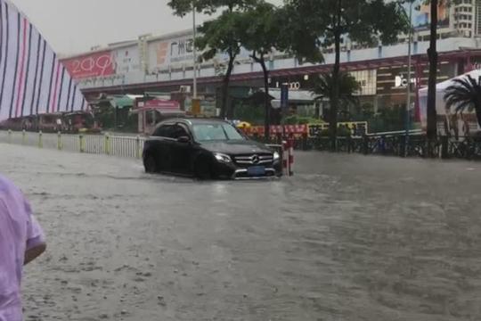 3小时雨量破百!广州积水过膝市民蹚水出行