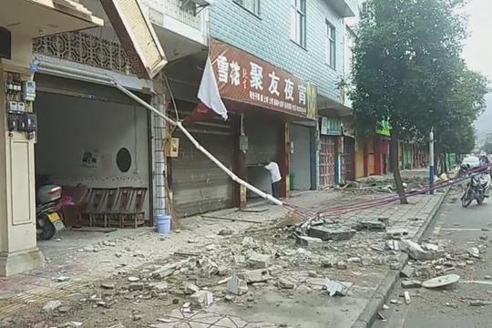 震后实拍宜宾长宁县街头 瓦砾散落一地