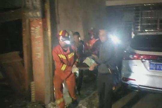 四川宜宾6.0级地震 消防成功救出被困女性