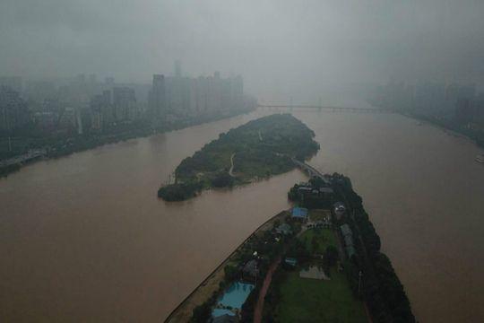 强降雨侵袭湖南 湘●江超警戒水位