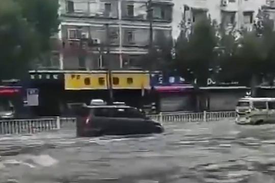 陕西渭南突遇强降雨 道路被淹交通受阻