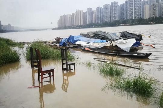 四川乐山降雨 道路积水严重