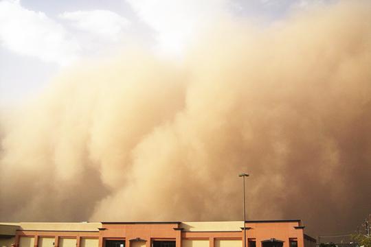 哈密市区及周边部分区域出现沙尘天气