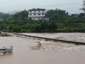四川内江:暴雨袭来 水位猛涨山体垮塌