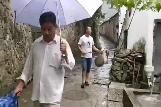 """气象协理员""""打更""""提醒公众做好台风防御措施"""